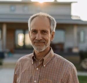 Джонатан Липман на фоне своего собственного дома Васту