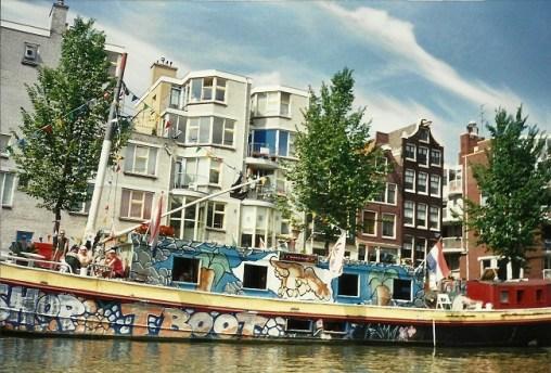 Амстердам - вычурные домики вдоль канала - Амстел