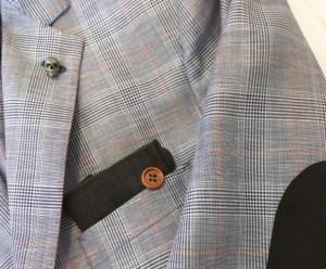 """Her er jakken """"pimpet"""" med både en knapp som holder pocketsquare på plass, et dødningehode på jakkeslaget og skinnlapp på albuen - som matcher pocketsquare! Foto: Lars Bratsberg"""