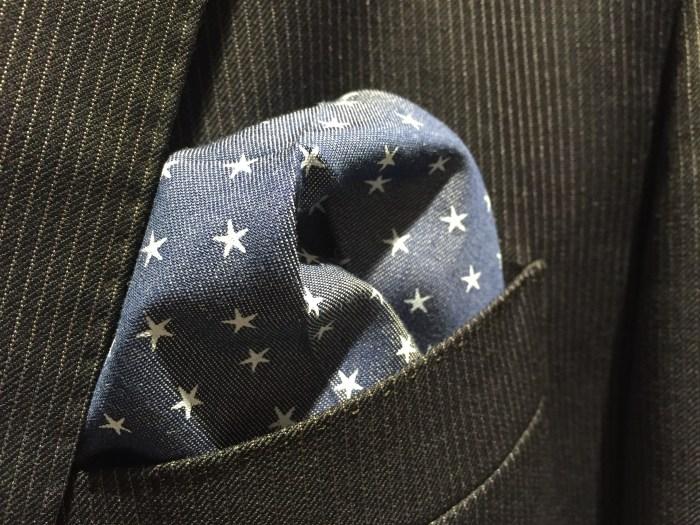 Tykt pocket square i lin, med broderte hvite stjerner på blå bunn. Passer veldig godt sammen med pinstripe dress