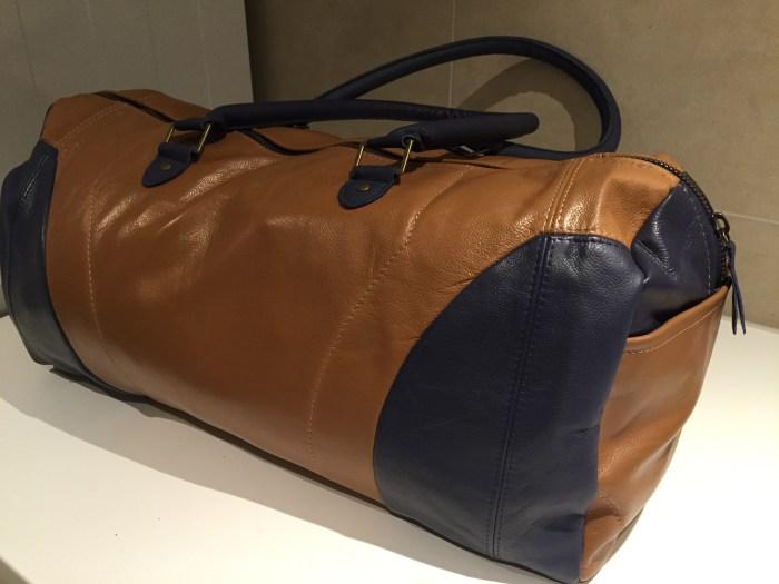 Duffelbag laget av skinnet fra de gamle flysetene til Southwest Airlines
