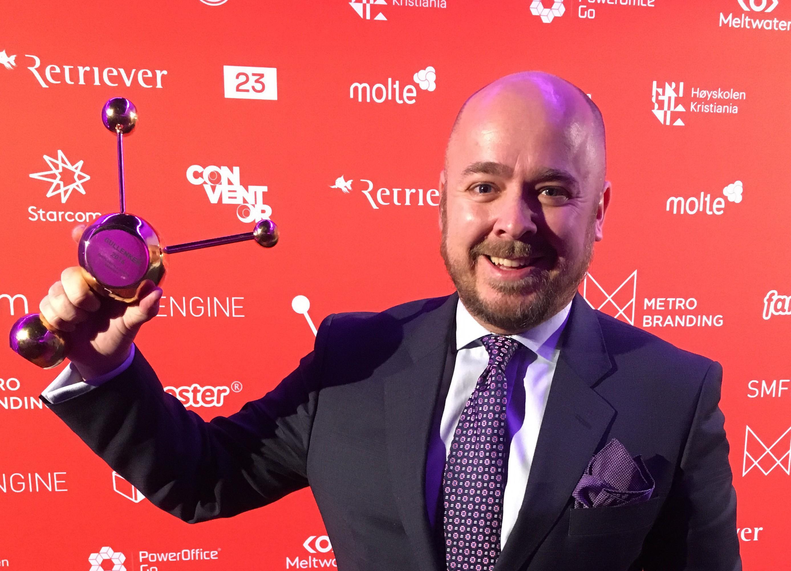 eafa81a5d24f Forfatteren under prisutdelingen på Social Media Days i Oslo 2. februar –  med kelvinknute på slipset.