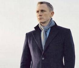 James Bond, i Skyfall, med skjerfet knytt i en City Slicker