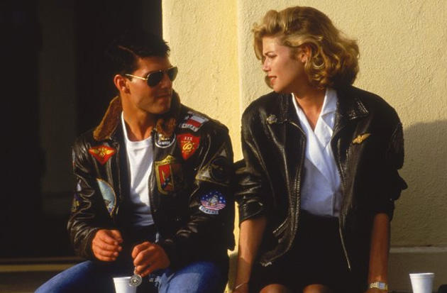 Tom Cruise i en G-1 bomberjakke sammen med Kelly McGillis i Top Gun