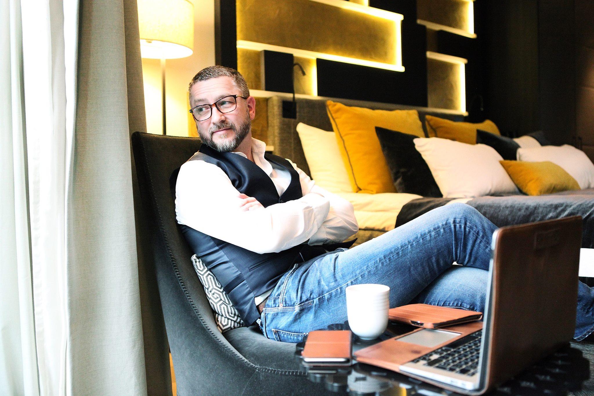 300c8eb6 Kommunikasjonskollega Hans-Petter Nygård Hansen bruker ofte jeans/blazer-kombinasjonen,  ofte med vest og slips. Og selv om han har bakgrunn fra IT, ...
