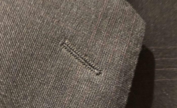 Hvorfor er det er knappehull på jakkeslaget?