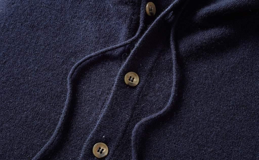 08c56a87 Detalj fra genseren. Denne i mørkeblå. (Foto: Luca Faloni)
