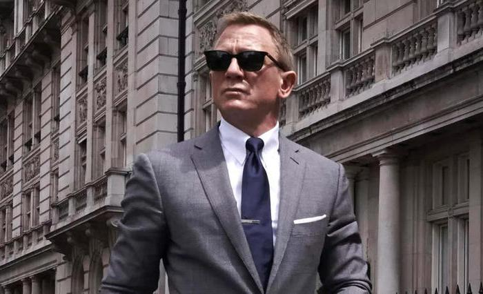 Kle deg (bittelitt) som James Bond
