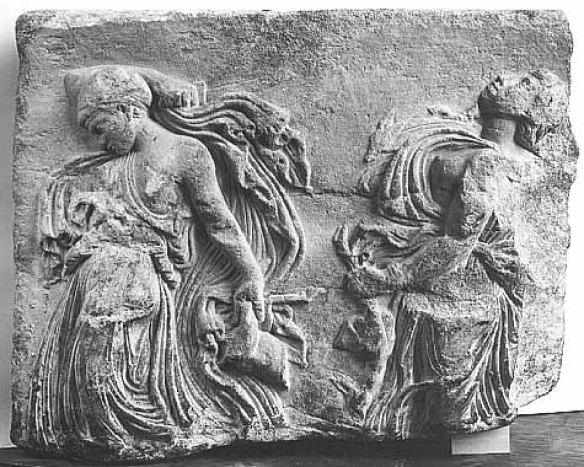 Ménades dansant  Oeuvre romaine du Ier siècle après J.-C. , Ce relief lacunaire montre deux Ménades, figures habituelles du cortège de Dionysos, entraînées dans une danse extatique.