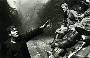 août 1968, les chars russes à Prague, photo Josef Koudelka / Magnum