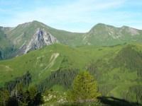 Pointe de la Mandallaz, aiguille de Manigod, tête de l'Aup et Rouelle. Au 1er plan, la pointe d'Orsière et la Riondaz