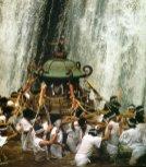 fidèles transportent une châsse portable (Mikoshi) devant les chutes pour jouir de la faveur du Kami local