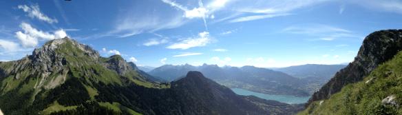 Vue du col de l'Aulp, du lac d'Annecy et du massif des Bauges