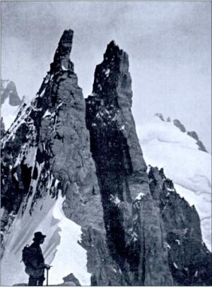 la cordée Ravanel-Fontaine au pied des Aiguilles ravanel-Mummery qu'elle va conquérir (photo Emile Fontaine, collection Jacques Perret)