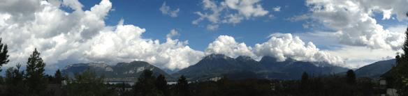 nuages sur les montagnes et le lac - photo Enki