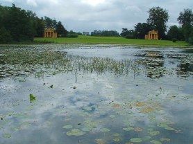 Lake_at_Stowe_Landscape_Garden_with_Corinthian_Arch_in_distance_-_geograph.org.uk_-_77778