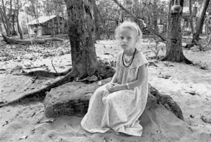 Karma assise au pied d'un arbre