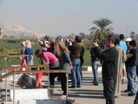 Egypte - Touristes photographiant les Colosses de Memnon