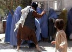 Taliban châtiant publiquement une femme à Kaboul le 26 août 2001