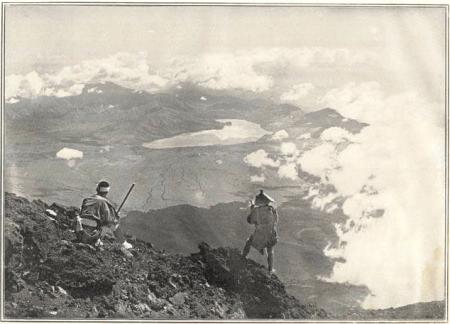 Herbert G. Ponting -le lac Yananaka vu du sommet du mont Fuji, publié par K. Ogawa en 1905