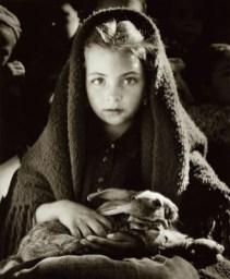 la petite fille au lapin by Jean Dieuzaide