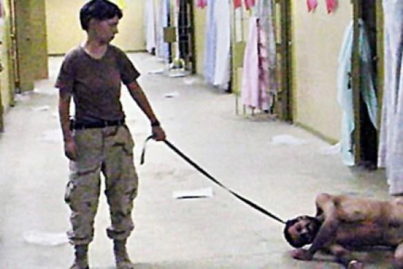 la soldate américaine Lynndie England dans la prison d'Abou Ghraïb en 2004