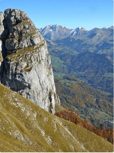 Le Rocher d'Arclosan dominant la vallée de Serraval - photo Jean-Luc (Panoramio)