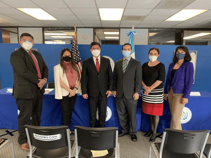 Guatemaltecos en Consulado de Guatemala en Raleigh