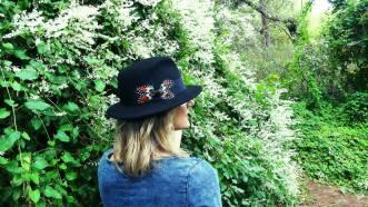 Sombrero fieltro negro con mariposa de plumas hechas a mano