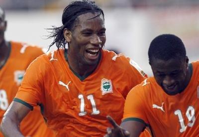 Drogba fue figura en el triunfo de su selección ante uno de los locales del torneo