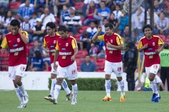 Morelia se afianzó como líder del fútbol mexicano al golear 3-0 al Querétaro