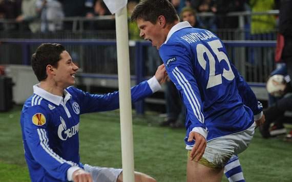 Schalke 04 clasificó con hat-trick de Huntelaar