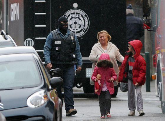 Vecinos evacuan la zona tomada por policías