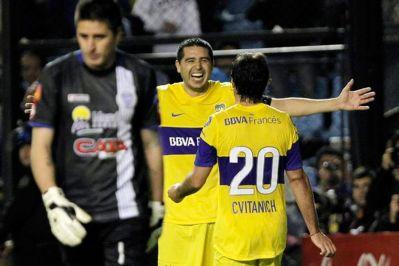 Cvitanich celebra con Riquelme un nuevo triunfo de Boca