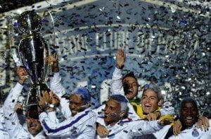 Porto recibió la copa que lo coronó bicampeón del fútbol portugués