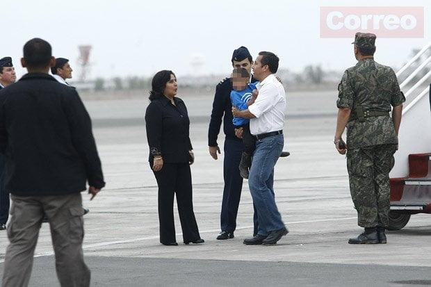 El presidente Ollanta Humala carga a un niño pionerito