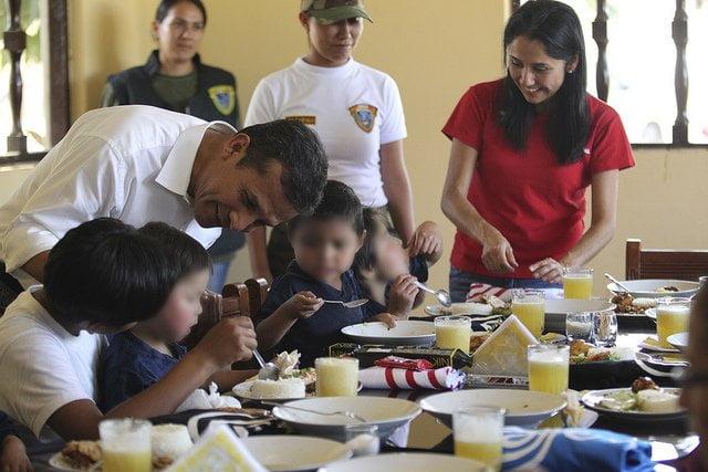 Presidente Ollanta Humala y su esposa Nadine junto a niños rescatados de Sendero