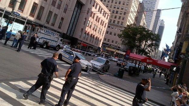 La policía cerró varias calles aledañas al edificio (Rose Arce/CNN).