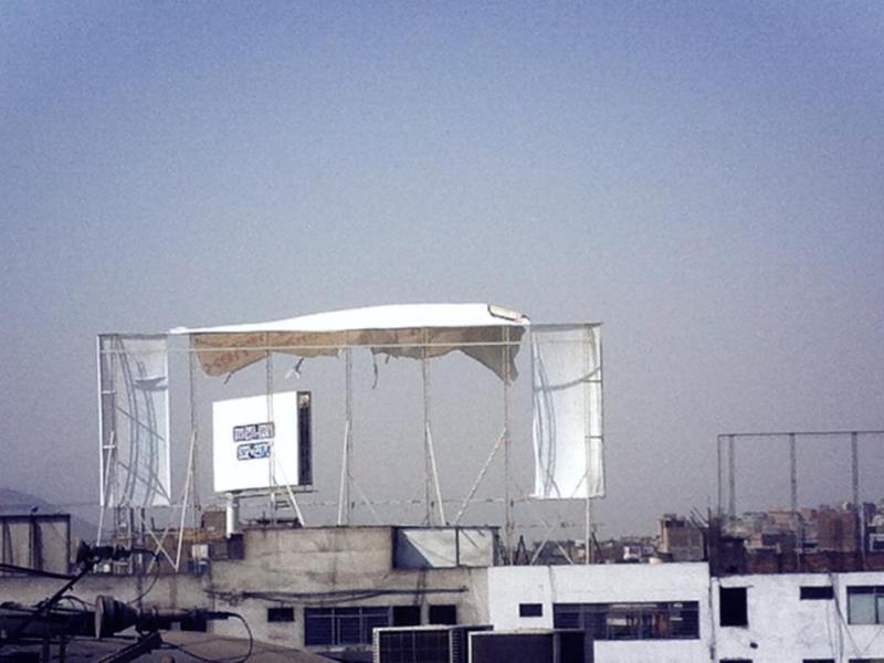 Un cartel publicitario es arrancado por el viento en Lima (@antoniomanco)
