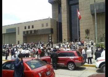 Gran cantidad de efectivos del orden llegaron hasta el Museo de la Nación tras la alerta. (Foto: Facebook El Comerrio)