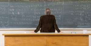 Profesor de espaldas