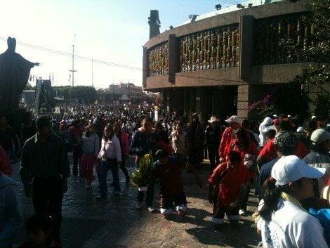 Fieles en Santuario de Guadalupe (Milenio)