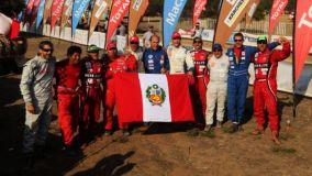 Parte del equipo peruano posa con la bandera nacional tras culminar de manera exitosa el Rally Dakar 2013