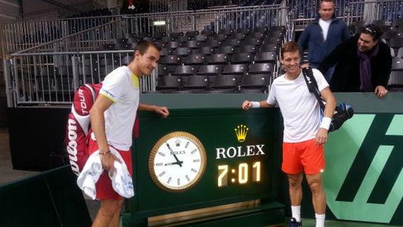 Rosol y Berdych  juntos al reloj. Los checos ganaron el dobles a Suiza, en el partido más largo en la historia de la Copa Davis.