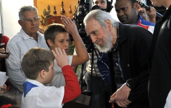 Fidel Castro es recibido por un grupo de niños antes de votar (Cortesía Juventud Rebelde)