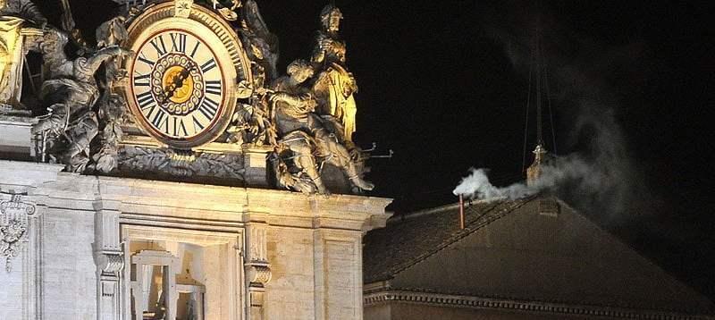 Humo blanco en Roma (Infobae)