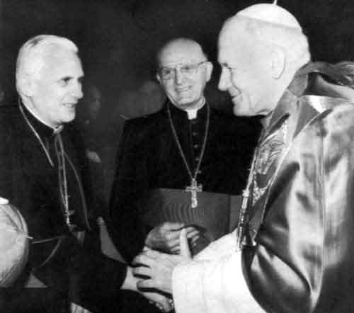 El Papa Francisco contempla a Benedicto XVI y Juan Pablo II