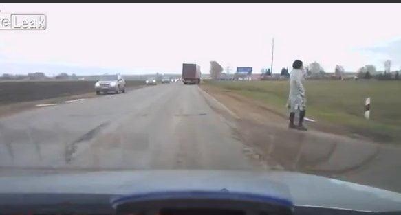¿Suicida o zombie? Hombre salva de ser arrollado por un camión (Video)
