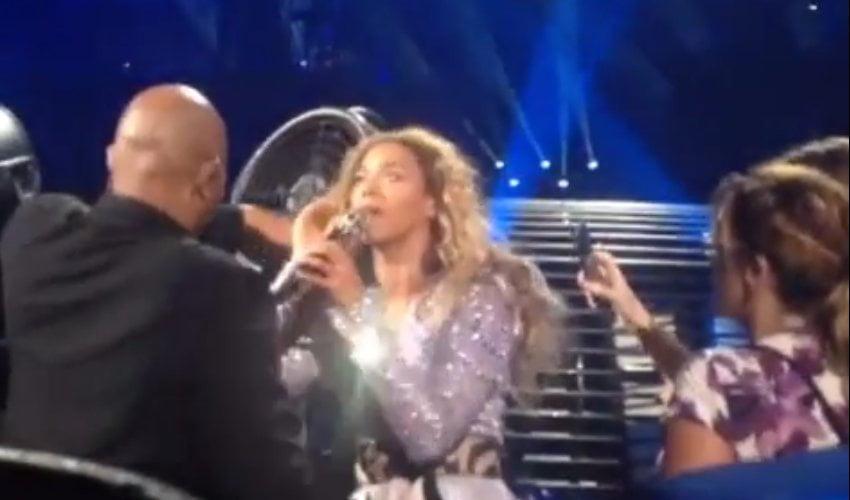 Cabello de Beyonce atrapado por un ventilador en pleno concierto (Video)