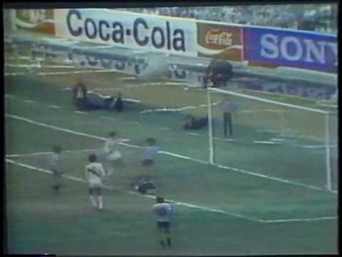 Perú necesita derrotar hoy a Uruguay para tener chances de obtener el cupo de repechaje para Brasil 2014. En la foto, recuerdo del triunfo peruano en el Estadio Centenario de Montevideo (1981).